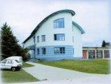 Čelní pohled na budovu úpravny vody postavenou v roce 2000